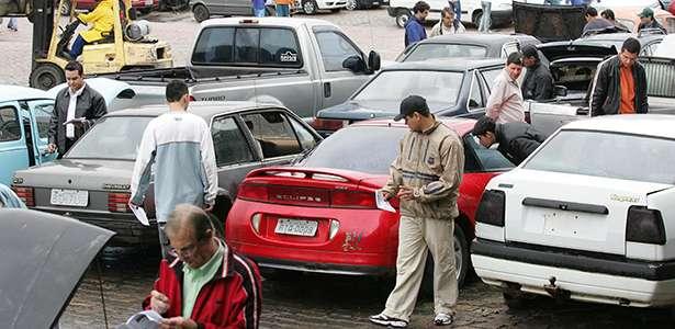 Observando os carros antes do inicio do leilão.