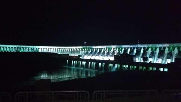 Barragem de Itaipu completamente acessa após a atração.