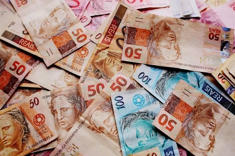 Notas de dinheiro real sobre a mesa