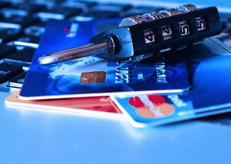 cadeado numero sobre o cartao de credito nubank