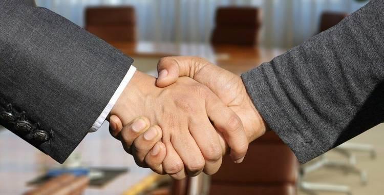dois homens se cumprimentando com aperto de mão